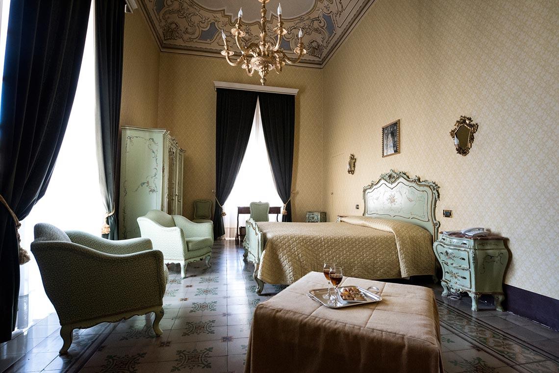 Camera Da Letto Padronale Foto : Giallo grande camera da letto padronale con veranda foto